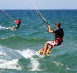 mit dem Kite über die Wellen